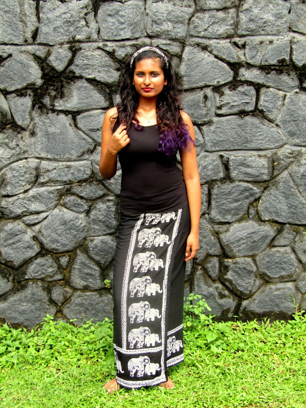 girl-wearing-batik-lungi-in-srilanka